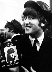 John-Lennon-mostra-la-prima-edizione-di-In-his-own-write